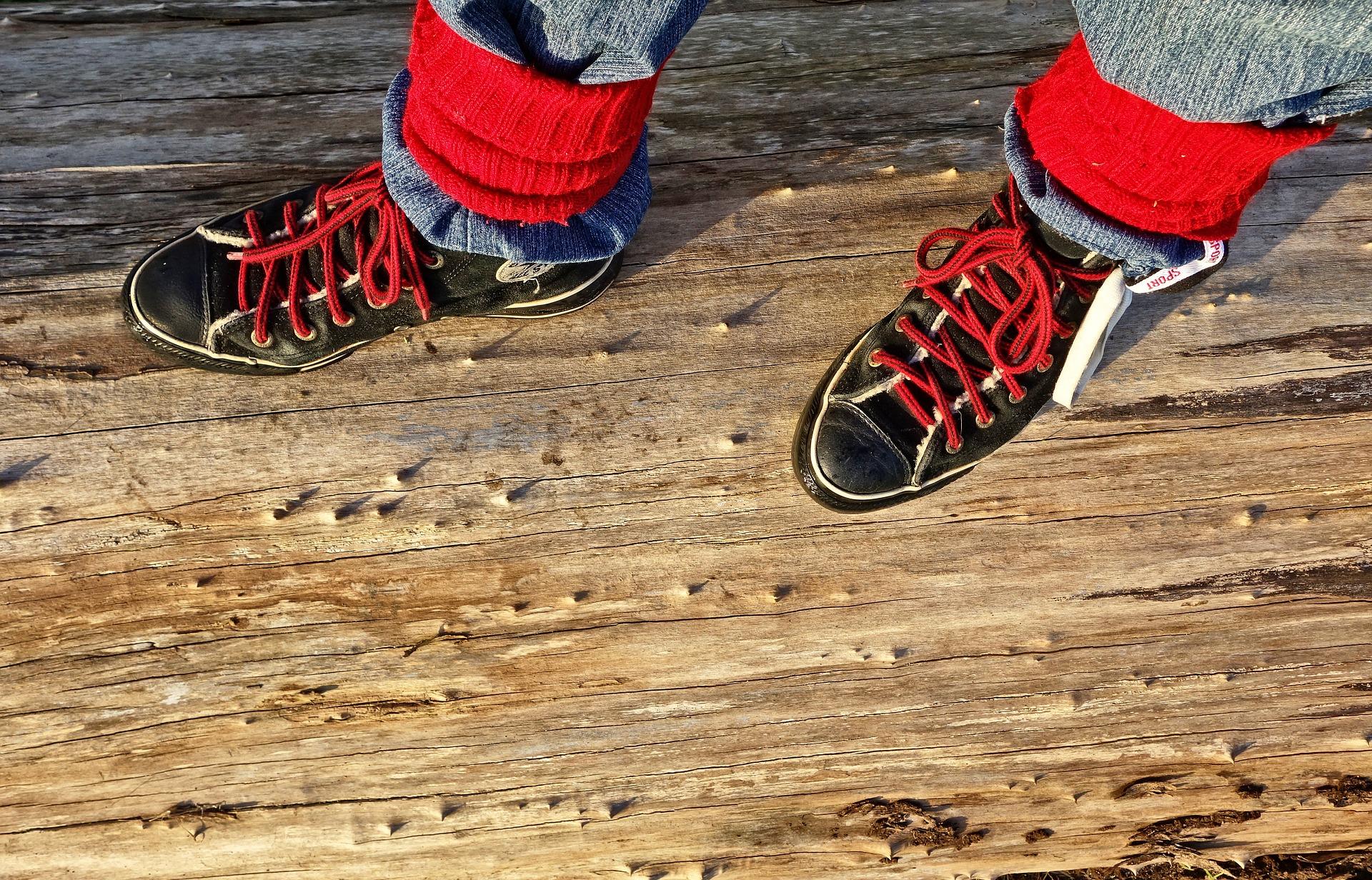 czarne buty sportowe z czerwonymi sznurówkami